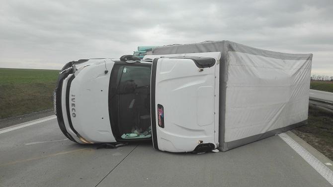 Samochód dostawczy przewrócił się na autostradzie A4 pod Wrocławiem – funkcjonariusze okręgu Poznańskiego udzielili pomocy