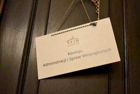 14 lipca 2020′ (wtorek) o godzinie 09:00 odbędzie się posiedzenie sejmowej Komisji Administracji i Spraw Wewnętrznych (ASW). Jedynym punktem porządku posiedzenie jest pierwsze czytanie rządowego projektu ustawy o szczególnych rozwiązaniach dotyczących wsparcia służb mundurowych nadzorowanych przez ministra właściwego do spraw służb mundurowych oraz Służby Więziennej (druk nr 432) – uzasadnia Minister Spraw Wewnętrznych i Administracji.