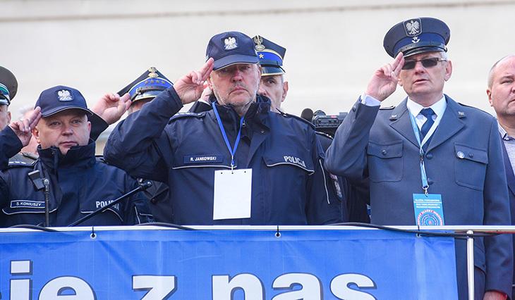 Media o Manifestacji służb mundurowych.